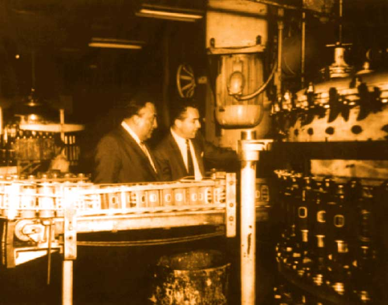 A picture from inside the factory where the first easy open can in Mexico was made.